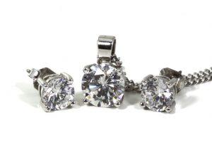 חשיבותם של עגילי יהלומים עם שלוש אבנים